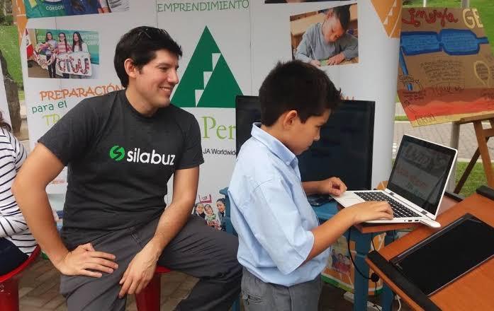 El ingeniero peruano que ha llevado la programación a jóvenes de nuestro país y Chile