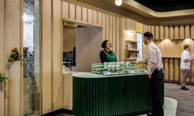 Starbucks presenta formato sin tableros de menú y solo una caja registradora