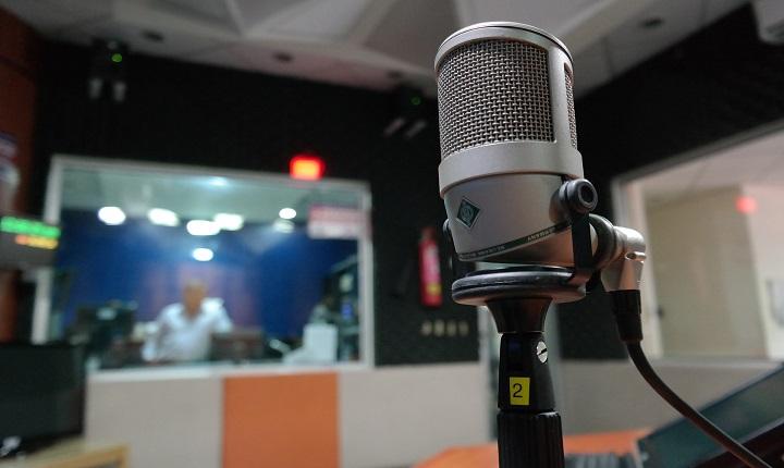 micrófono en cabina de radio para cuña radial