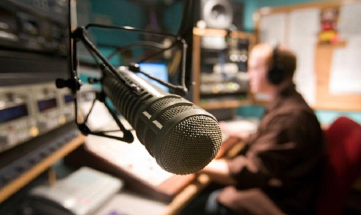 micrófono en cabina de radio para practicas cuñas radiales