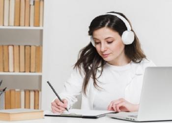 mujer trata de estudiar Storytelling